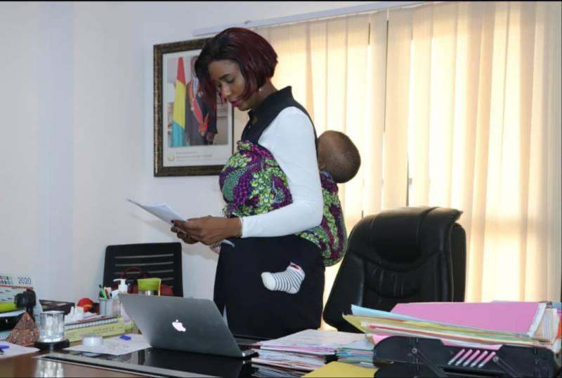 Guinée : Fatou Conté, Cheffe de Cabinet du Ministère des Sports au bureau avec son bébé au dos